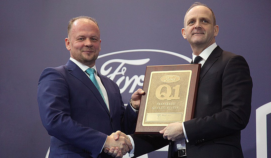 Andrey Ponomarev, MW Kingisepp General Manager, receives Q1 diploma from Rob Harrison, Ford Purchasing VP